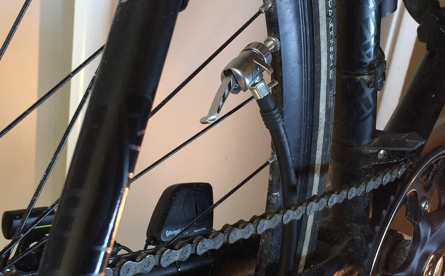 gonflage d'un pneu avec la pompe zefal