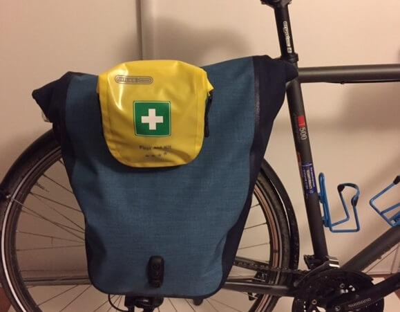 fixation sac premiers secours ortlieb sur un vélo