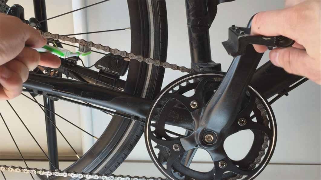 graisser la chaîne de vélo