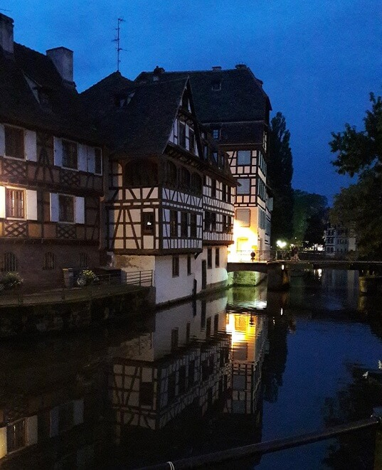 la petite france de nuit à strasbourg