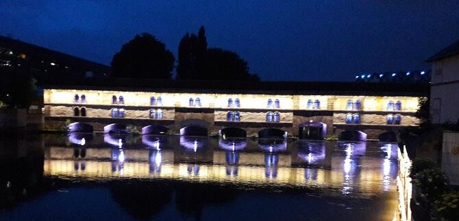 un pont de nuit à strasbourg