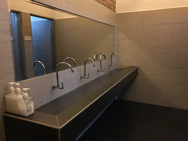 eau dans les toilettes publiques
