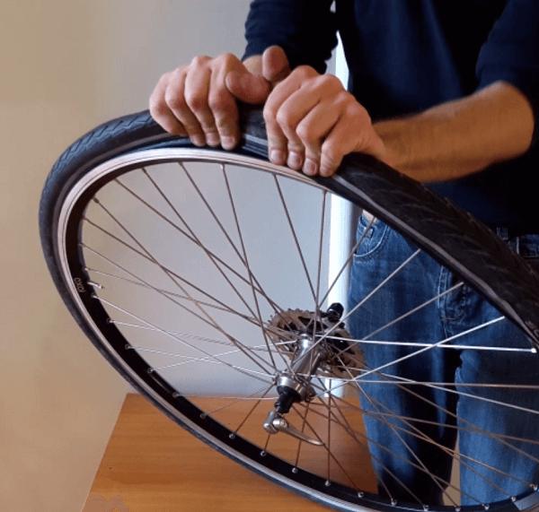 mettre le pneu sur la roue vélo