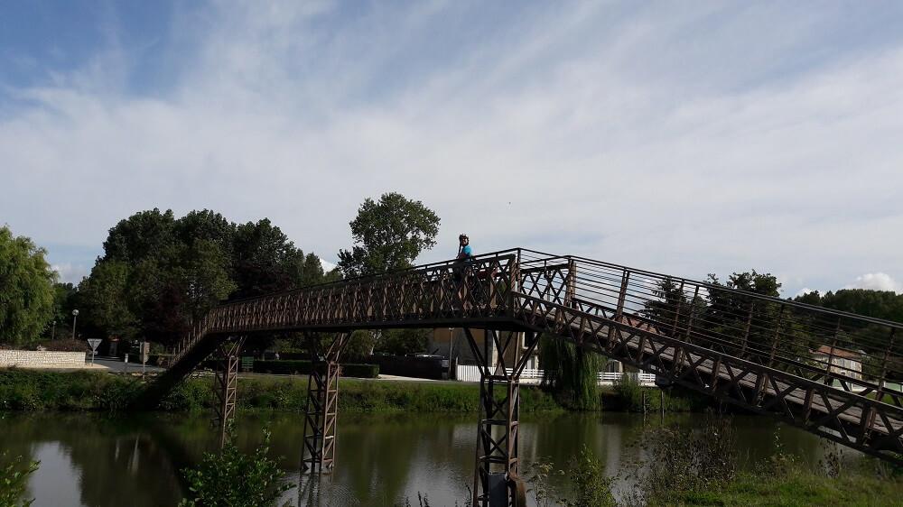 pont sur le marais poitevin à vélo